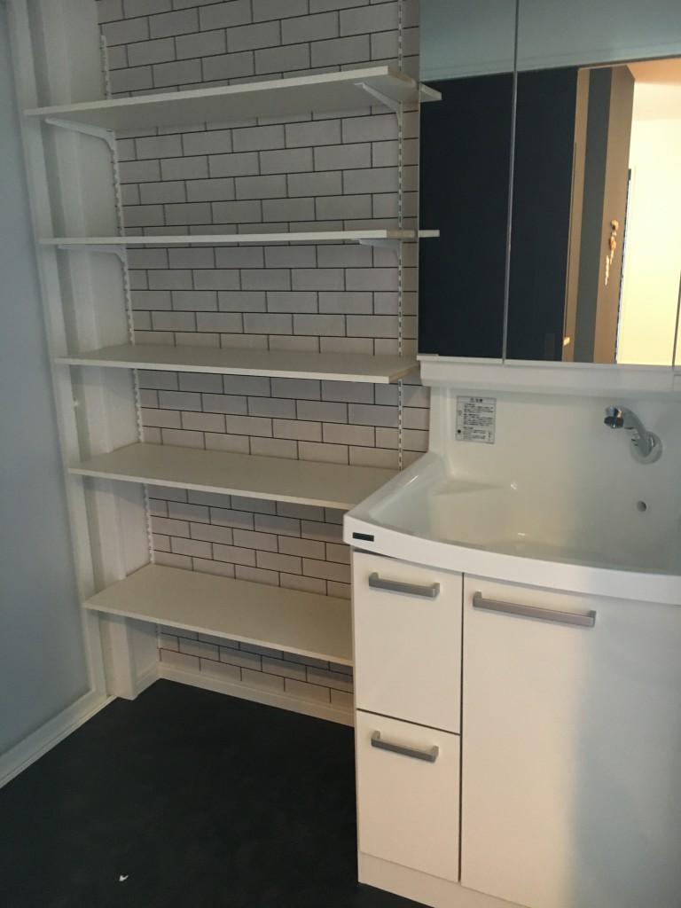 洗面所も稼動棚を付け十分な収納を