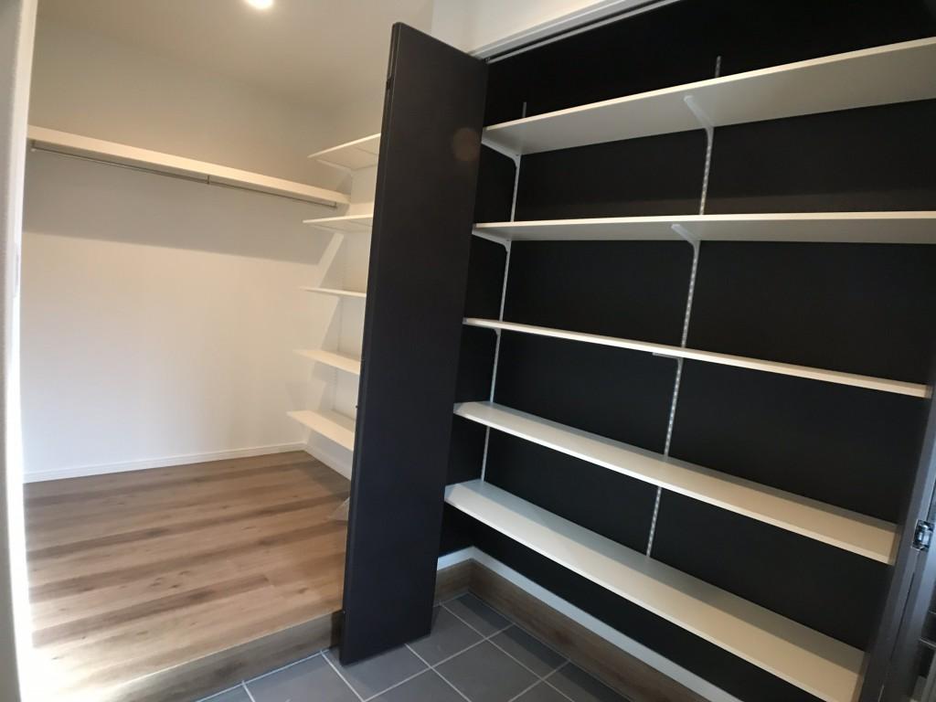 右側の折れ戸を開いた所 稼動棚 アイデア次第で沢山収納できます。