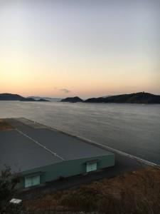 埠頭倉庫とむこうには右手馬島。左手佐合島を臨む