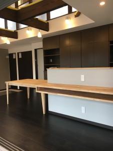 キッチンカウンターと食卓机