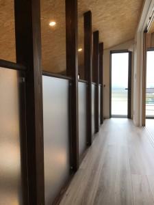 2階廊下。ダイニングキッチンの上は吹き抜けなので 何かあると、おかあさ~~ん!