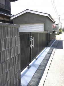 大きく開くカーテンゲイト。車庫へ続きます。